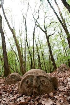Alte statuen in blättern bedeckt