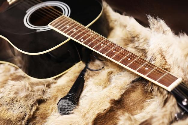 Alte staubige akustische cutaway-gitarre auf einem boden fichte dreadnought-akustikgitarre