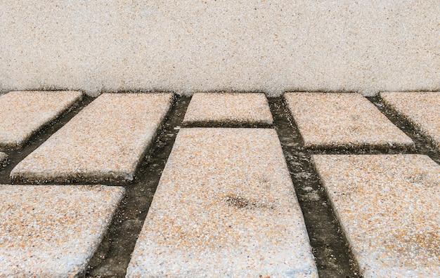 Alte steinbahn mit steinwandboden-beschaffenheitshintergrund nach regen
