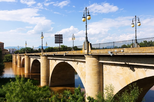 Alte steinbrücke über ebro in logrono