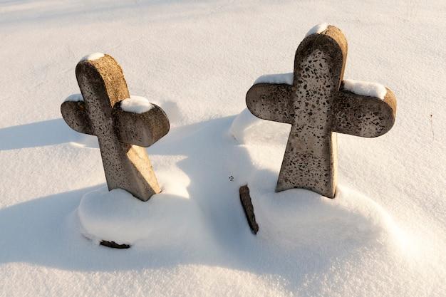 Alte steinkreuze in der wintersaison