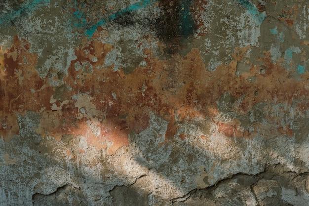 Alte steinmauer mit abblätterndem gips, dunkler hintergrund für design, soziale netzwerke