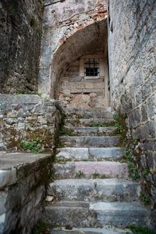 Alte steintreppen mit moos bedeckt