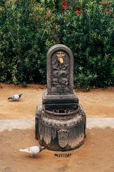 Alte straße wassersäule in barcelona spanien vintage metall trinkbrunnen gegen die