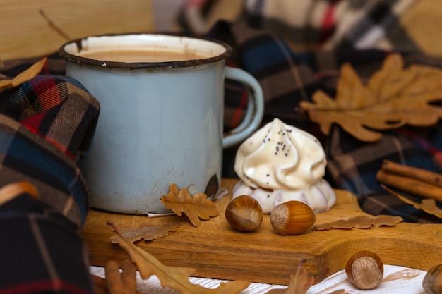 Alte tasse kaffee mit kuchen und dekorationen
