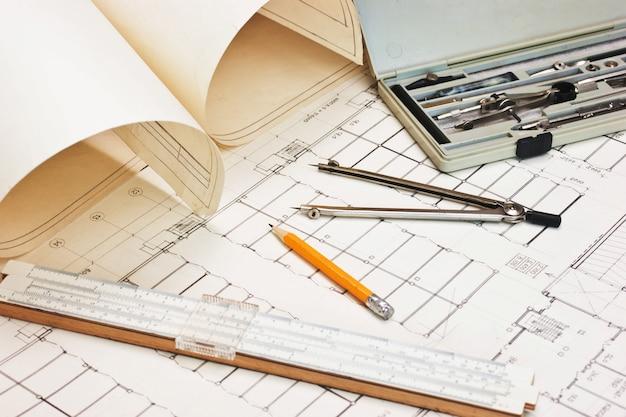 Alte technische zeichnungen und rechenschieber