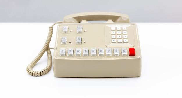 Alte telefonzentrale auf einem weißen schreibtisch. platz für text. kommunikationskonzept.