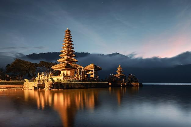 Alte tempelbeleuchtung von pura ulun danu bratan mit blauem himmel im morgengrauen auf bali