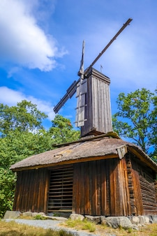 Alte traditionelle windmühle in stockholm, schweden