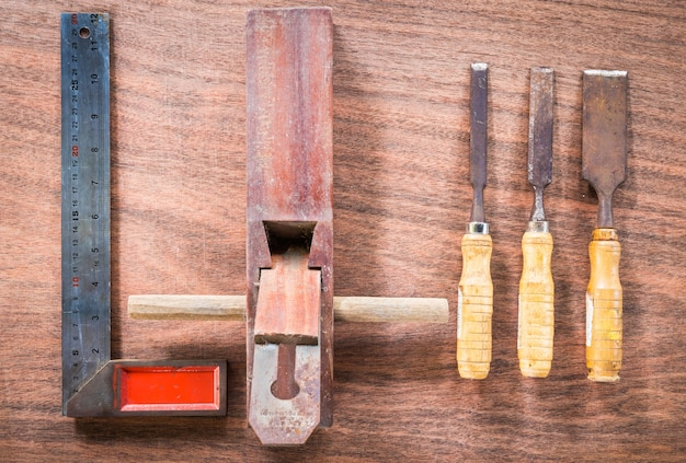 Alte u. schmutzsatz handwerkzeuge viele für zimmerei auf holzfußbodenhintergrund