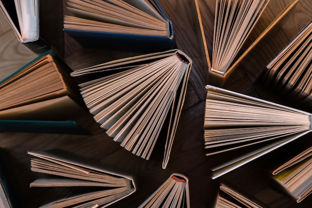 Alte und gebrauchte hardcover-bücher, lehrbücher von oben auf holzboden.