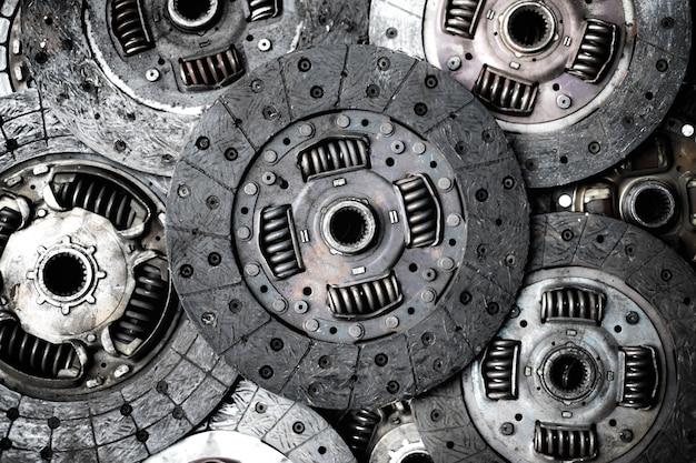Alte und rostige autokupplungsplattenscheibe im gebrauchthandmaschinerieshop