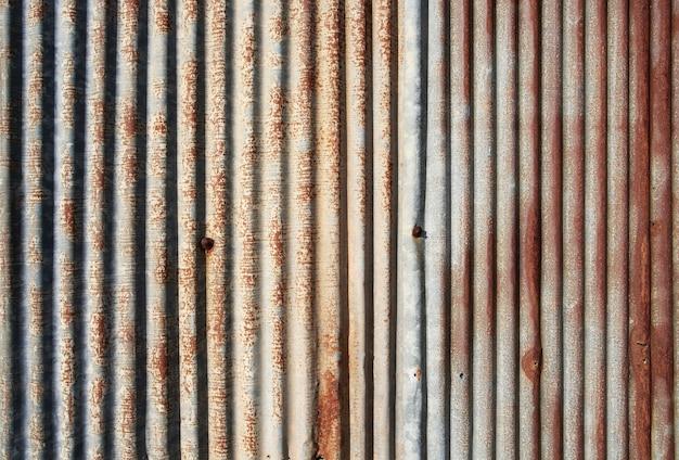 Alte und rostige beschädigte verzinkte eisenbeschaffenheit.