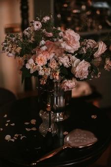 Alte vase mit blumen auf dem tisch