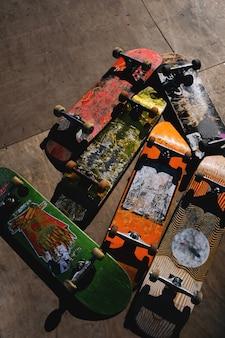 Alte verkratzte skateboardbretter.