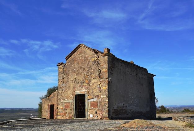 Alte verlassene und ruinierte einsiedelei in der stadt von monsaraz