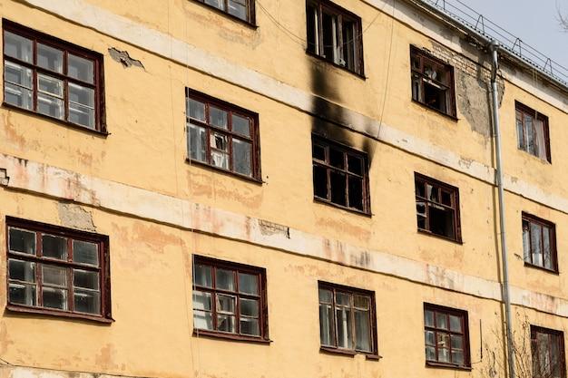 Alte verlassene wohnhäuser werden für den abriss vorbereitet