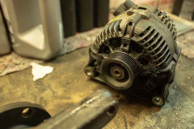 Alte verschlissene lichtmaschine des zu ersetzenden autos