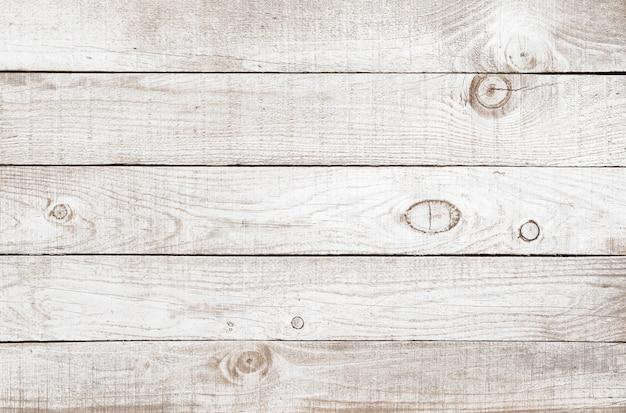 Alte verwitterte hölzerne planke gemalt auf weiß