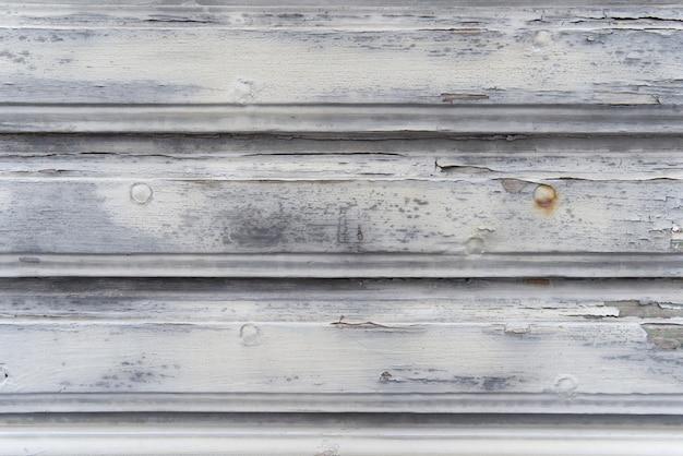 Alte verwitterte weiße eichenholzoberfläche mit langen brettern ausgerichtet.