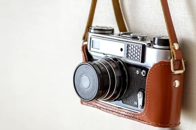 Alte vintage film slr fotokamera in lederbezug