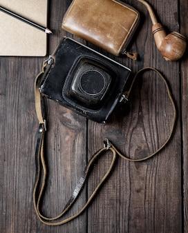 Alte vintage kamera in einem fall auf holz