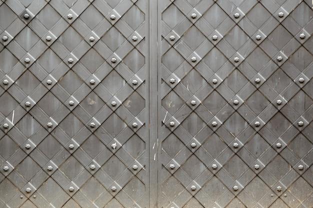 Alte vintage metallplatte mit dekorativem dekorativem zellularem musterrahmen quadratischem hintergrund.