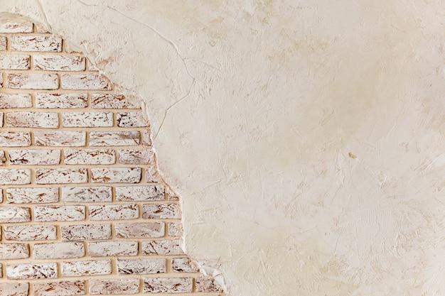 Alte vintage rote backsteinmauer mit abgestürztem weißem putz textur hintergrund weißes retro-gebäude