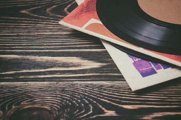 Alte vinylaufzeichnung auf dem holztisch
