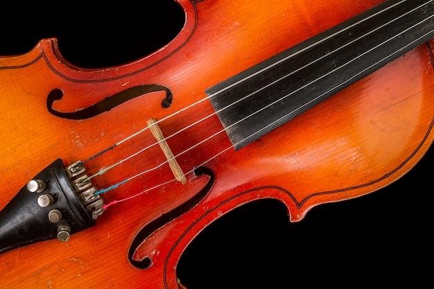 Alte violine auf einem schwarzen hintergrund