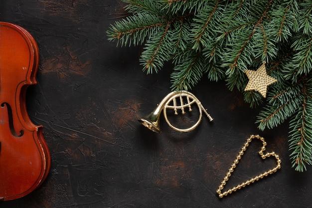 Alte violinen- und tannenbaumniederlassungen mit weihnachtsdekor.