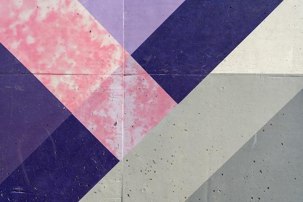 Alte wand mit glanzlosen farben gestrichen, die im laufe der zeit und ohne wartung abgeplatzt oder abgeblättert ist. bunter strukturierter hintergrund