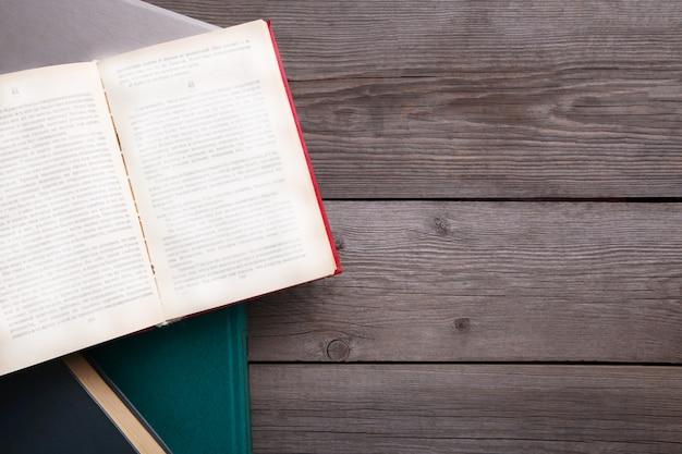 Alte weinlesebücher auf grauem holztisch