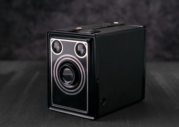 Alte weinlesefilm 36mm fotokamera, lebensstilgedächtnis. nehmen sie bilder mit einem manuellen objektivverlauf auf.