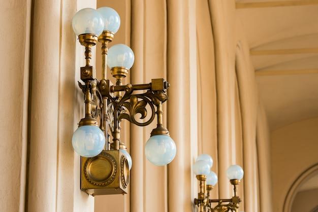 Alte weinleselampe auf einem gebäude im stadtzentrum