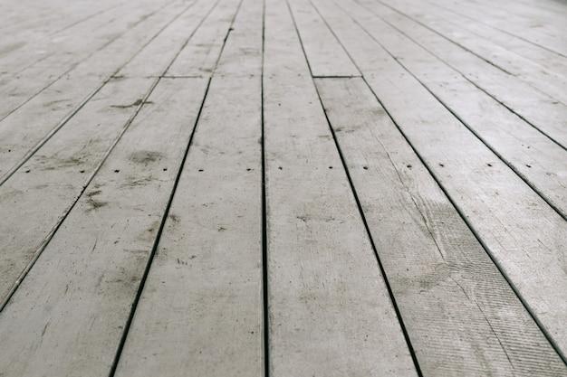 Alte weiße hölzerne planken auf dem boden