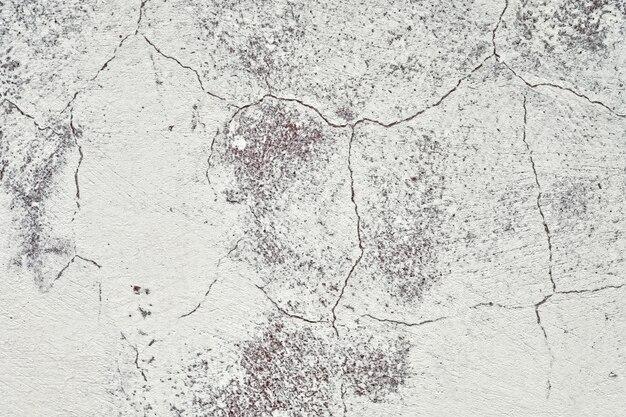 Alte weiße wand eines hauses mit sprungsbeschaffenheitshintergrund