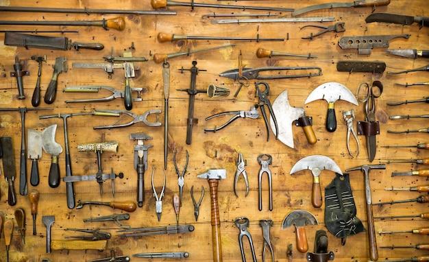 Alte werkzeuge an der wand