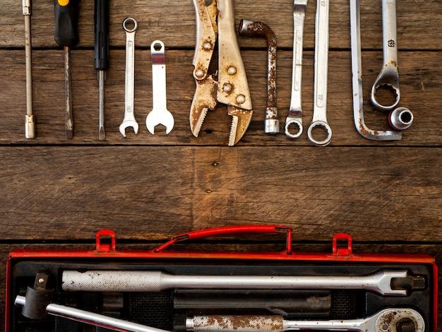 Alte werkzeuge auf einem holztisch