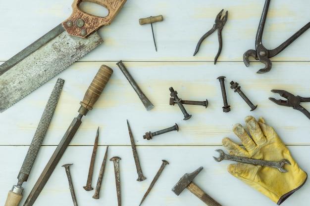 Alte werkzeuge auf hellem hölzernem hintergrund