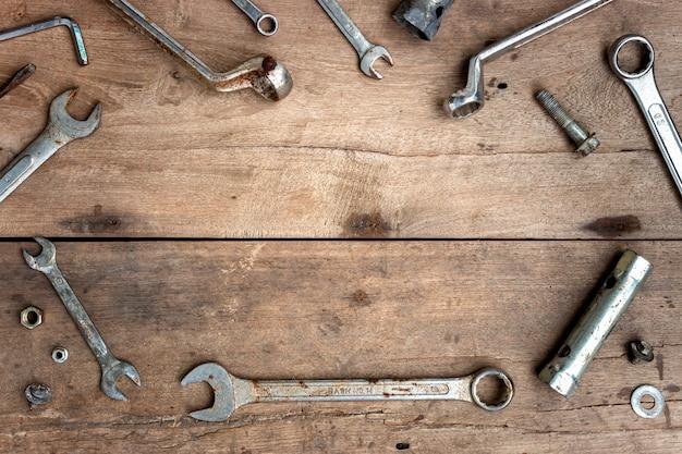 Alte werkzeuge auf holzboden