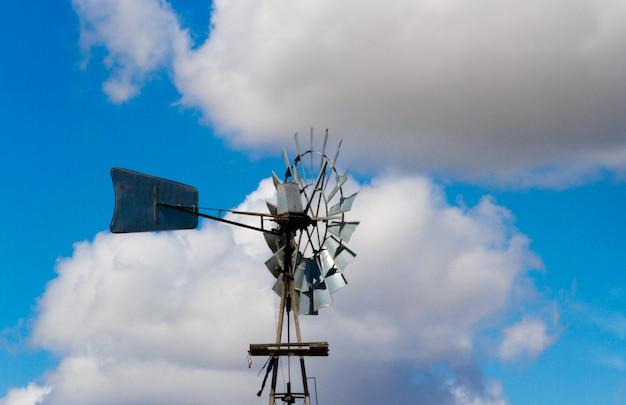 Alte windmühle in der argentinischen landschaft