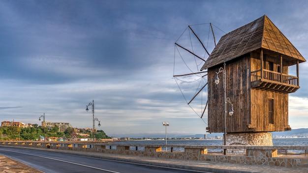 Alte windmühle in nessebar, bulgarien