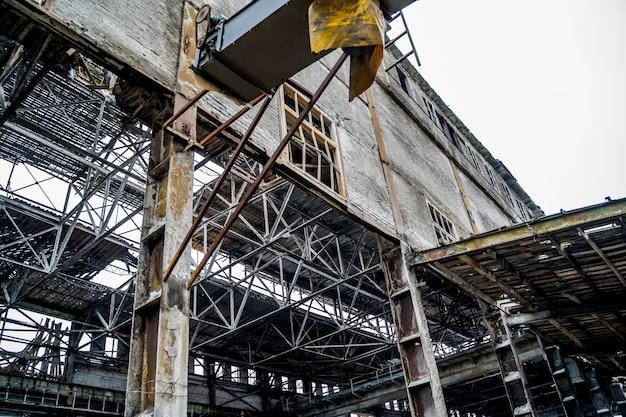 Alte zerstörte verlassene fabrik. ruinen einer sehr stark verschmutzten industriefabrik