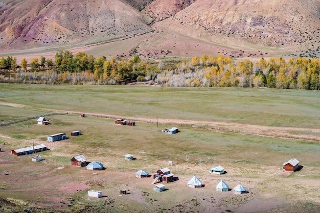 Alten verlassenen campingplatz im tal des flusses kyzylshin altai republik russland