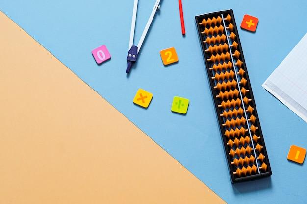 Alter abakus mit schulmaterial, zeichenkompass. mentale mathematik, mathematisches konzept.