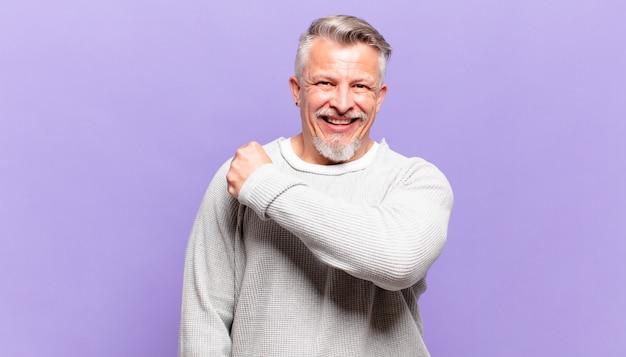 Alter älterer mann, der sich glücklich, positiv und erfolgreich fühlt, motiviert, wenn er sich einer herausforderung stellt oder gute ergebnisse feiert
