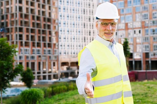 Alter architekt des mittleren schusses mit sicherheitsausrüstung