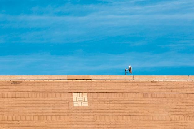 Alter backsteinbau mit blauem himmel
