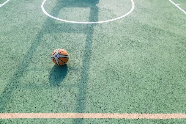 Alter basketball ist auf dem platz geblieben